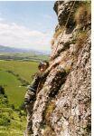 horolezec v skalní steně